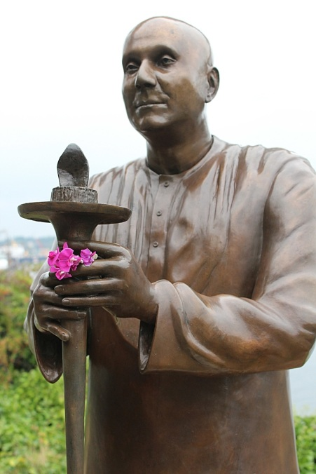 Statue of Sri Chinmoy along Burke-Gilman Trail