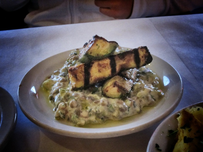 Grilled zucchini with lentil in yogurt sauce